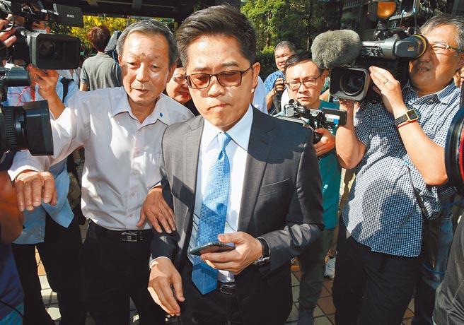 針對被提名監察院副院長引發的爭議,前台東縣長黃健庭19日出面說明表示若得不到國民黨的祝福,他退出被提名名單,他是藍營的一份子不會改變,記者會結束後,黃臉上帶著無奈離開現場。(姚志平攝)