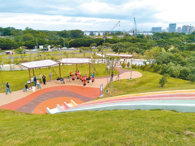 八里十三行文化公園結合八里特色並融合考古文化,打造各式刺激又有趣的遊具。(戴上容攝)