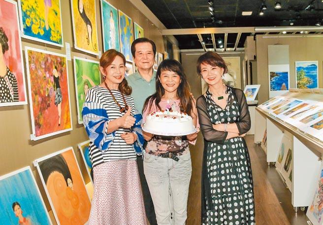 程秀瑛(右二)19日生日當天畫展開幕,周丹薇(左起)、汪威江、鄧美芳為她慶生。(盧禕祺攝)