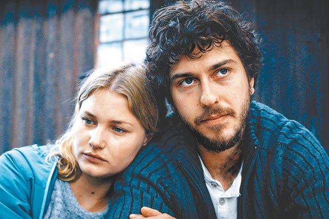 男女主角納特沃爾夫(右)和艾本愛克莉兩人在片中攜手亡命天涯。(采昌提供)
