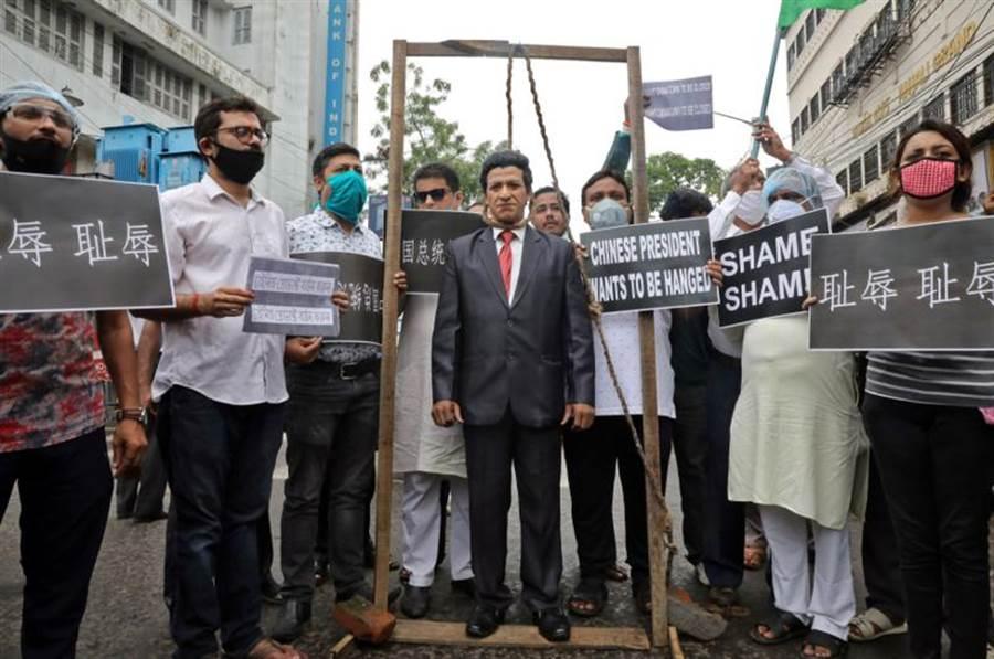 印度掀起一場全國性的抵制中國大陸運動,各種謠言也大量地在網上流竄。(圖/路透)