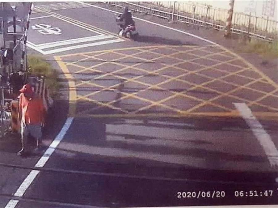 76歲老翁今天清晨闖入彰化泰和平交道,坐在軌道上等著區間車到來,監視器錄下他的最後身影。(民眾提供/謝瓊雲彰化傳真)