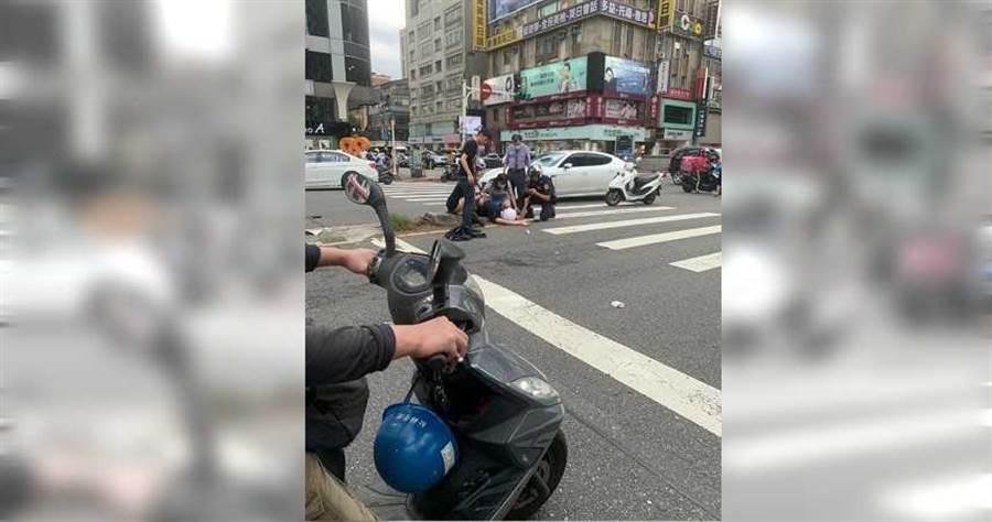 台北東區15日發生一起黑衣人包圍髮廊鬧事糾紛,員警騎警車趕赴現場時,在路口遭保時捷撞傷。(圖/警方提供)
