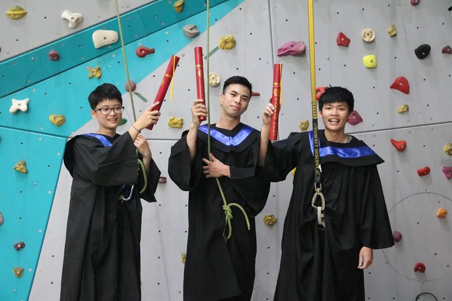 弘光科大運休系學生攀岩拿畢業證書。(陳淑娥攝)