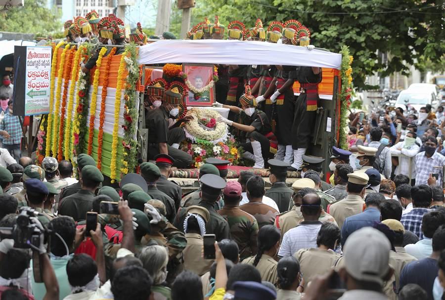 印度上校指揮官巴布(Santosh Babu)在6月15日的中印邊境衝突中喪生,大批印度民眾18日在他位於南部蘇里亞佩特鎮(Suryapet)的家鄉,參加了他的喪禮。(美聯社)