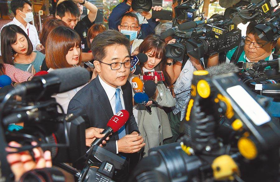 針對被提名監察院副院長引發的爭議,前台東縣長黃健庭19日出面說明時,遭媒體團團包圍。(姚志平攝)