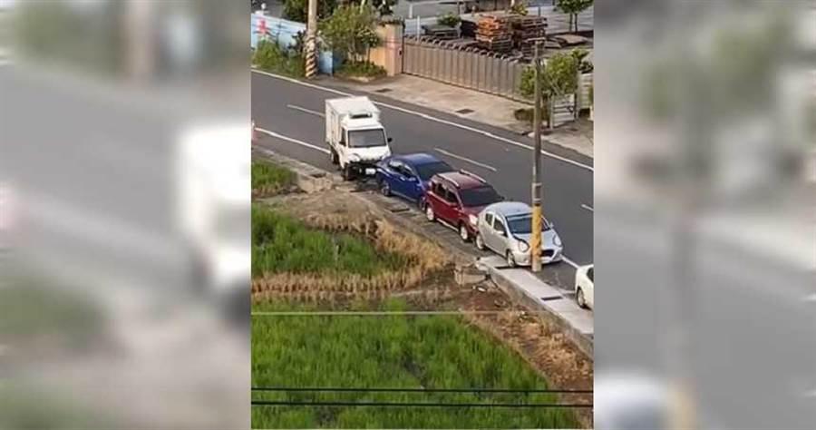 白色貨車撞及停在路邊的3輛車後,竟駕車逃逸,自以為所作所為沒人看到,沒想到被網友拍下畫面,PO上網,引起公憤。(圖/翻攝爆料公社)