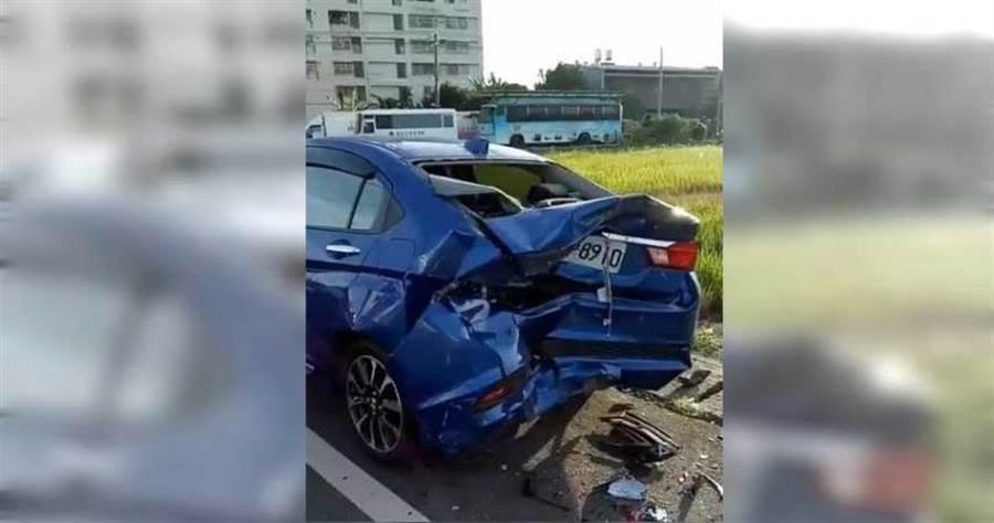 貨車撞上停在路邊的藍色轎車,造成藍色轎車追撞其他車禍,藍車尾受損最嚴重,鈑金向內凹陷並擋風玻璃全碎。(圖/翻攝爆料公社)