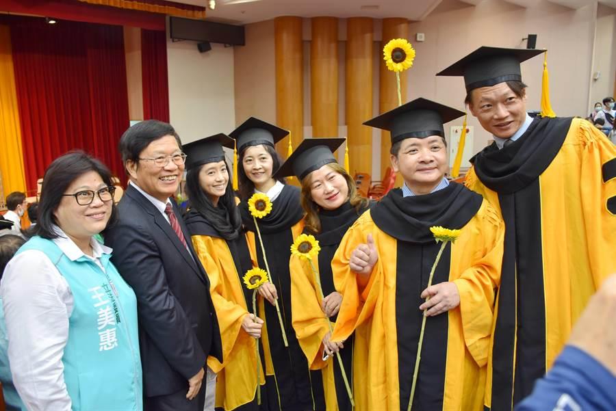 嘉義大學20日辦畢業典禮,今年從千人與會縮減到100人出席,規模迷你,參與畢業生也不多。(呂妍庭攝)