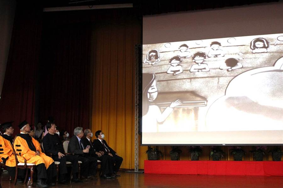 該校數位學習設計與管理學系師生共同合作的祝福短片,除透過沙畫描繪求學生活時點點滴滴,也繪出最後一學期戴口罩上課情景。(嘉義大學提供/呂妍庭嘉義傳真)