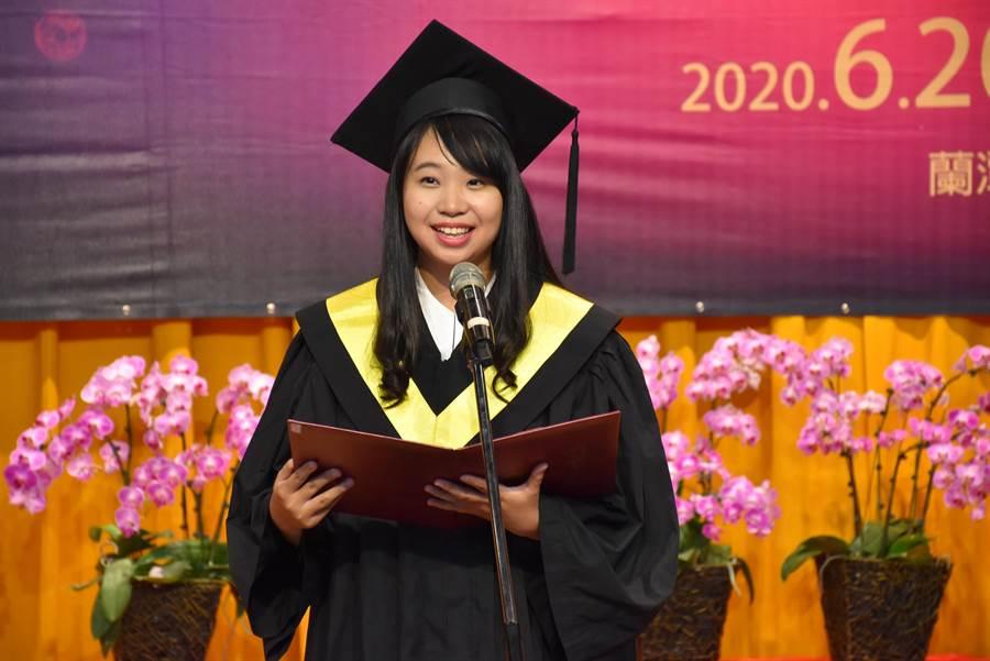 畢業生致詞代表莊心瑋特別以印尼語、越南語、馬來語、泰語和日語,祝福大家Happy Graduation畢業快樂。(呂妍庭攝)