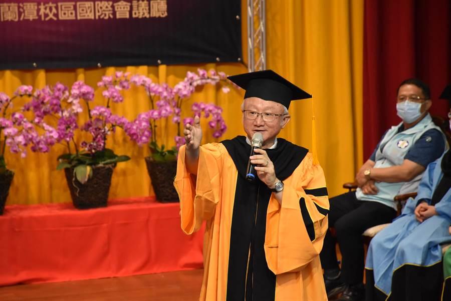嘉大校長艾群恭喜畢業生順利完成學業邁向人生下個階段,也鼓勵面對艱困大環境,要有越挫越勇的精神。(呂妍庭攝)