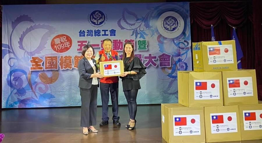 勞動部長許銘春(左)20日出席台灣總工會致贈「日本勞動組合總連合會東京都連合會」口罩儀式,見證台日工會互助合作,攜手防疫。(盧金足攝)