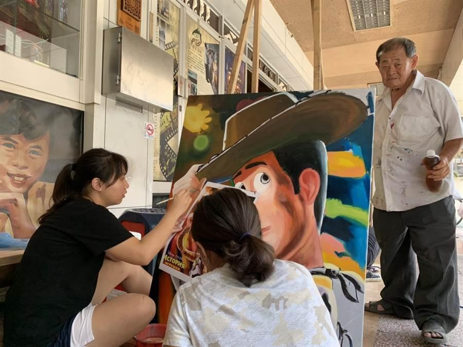 顏振發老師傾囊相授,親自提點電影看板作畫技巧。(李宜杰攝)