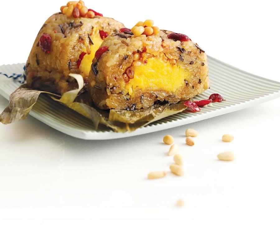 台北君悅酒店今年推出的甜粽〈蔓越莓野米奶皇粽〉,粽體是用北美野米混合圓糯米、紫米、松子與蔓越莓果乾製作,口感更有層次。圖/業者提供