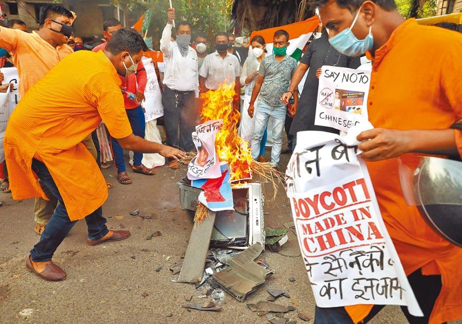 在加爾各答的示威抗議中,有人焚燒中共國家主席習近平的肖像。(路透)