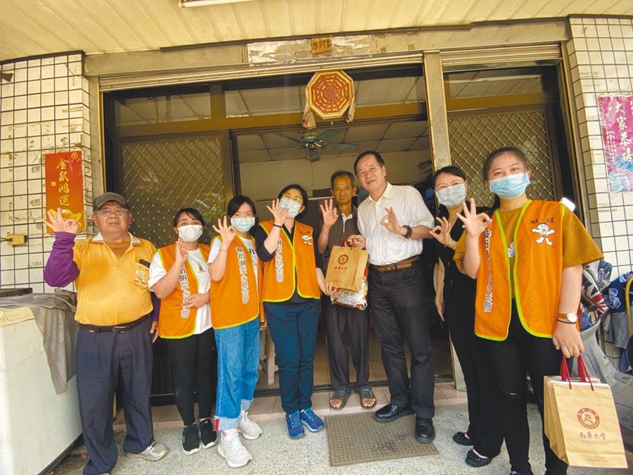 蔡衍明愛心基金會與南華大學合作「送愛下鄉趣」活動,每年三節都到個案家中關心。(張亦惠攝)