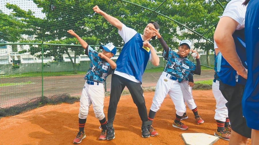 胡宇威(中)到花蓮與玉里國小的小棒球員一同競賽。(摘自臉書)