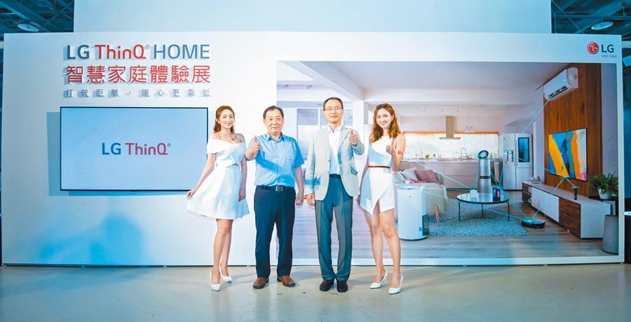 台灣LG電子董事長宋益煥(右二)與台灣LG電子資深副總經理羅時景(左二)昨(19日)出席於華山文創園區米酒廠舉行的「LG ThinQ HOME智慧家庭體驗展」開幕導覽活動。(LG提供)