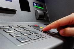 伊朗男ATM領錢突噴黑色液體 網驚:富得流油