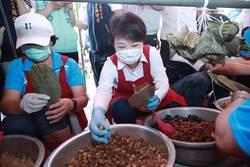 盧秀燕到社區包粽 「愛心」記號傳祝福