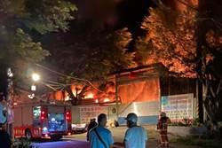 桃園龜山回收場深夜大火 濃煙伴隨爆炸聲