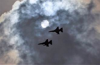 F16與日食初虧同框 剎那之間抓到了