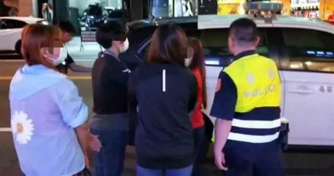台南市警局掃黃,將涉案者送辦。(圖/翻攝畫面)
