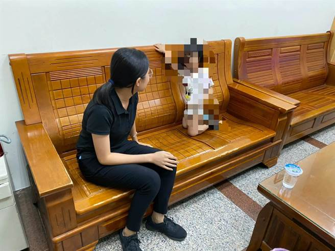 3岁女童偷跑出门,八德警艳阳下挨家挨户帮返家。(翻摄照片/蔡依珍桃园传真)