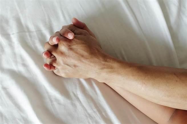 已婚警摩鐵滾床已婚護理師,被捉姦在床驚知對方老公也是警察。不過因通姦除罪化,基隆地院判該案免訴。(達志影像/shutterstock提供)
