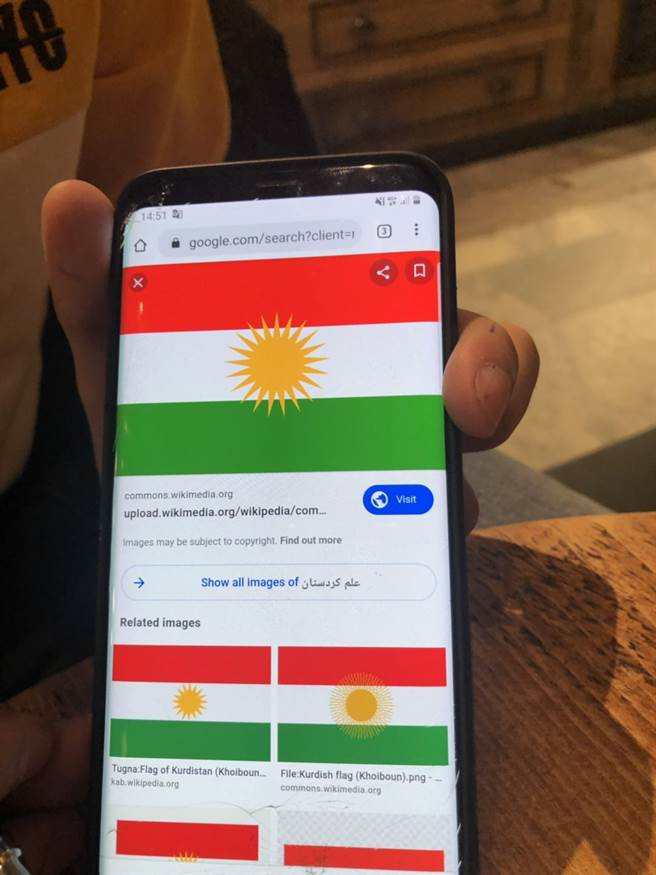 貝亞向作者展示他們的「庫爾德斯坦國旗」。(作者提供)