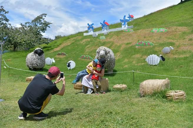 清境農場暑期活動21日登場,今年以Q版羊為主題,展現「飛羊」藝術,吸引民眾來踏青消暑。(南投縣府提供/盧金足台中傳真)