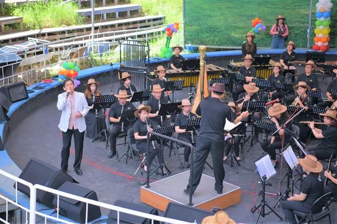 「2020清境一夏-風起飛羊」活動,21日在國立台灣交響樂團管樂隊與歌手殷正洋宏亮的歌聲中揭開序幕。(南投縣府提供/盧金足台中傳真)