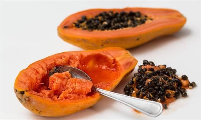 台灣幾乎一年四季都買得到木瓜,這樣隨手可得的水果其實是個大寶藏。(圖/pixabay)