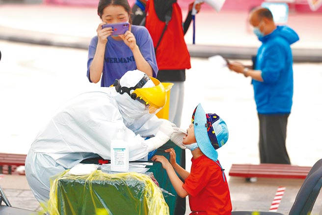 北京市東城區永外街道按「應檢盡檢、願檢盡檢」原則,在玉蜓公園檢測採樣點對轄區內居民進行核酸檢測。(中新社)