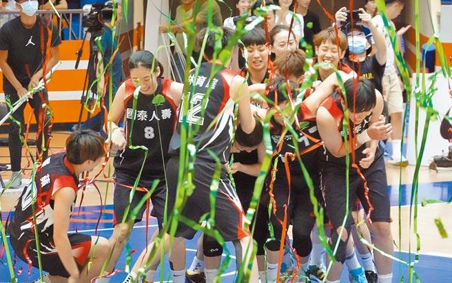 女子超級籃球聯賽國泰人壽擊敗台元奪冠,球員在彩帶飛舞中擁抱慶祝。(姚志平攝)
