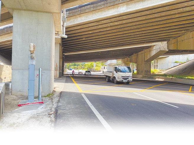 台13甲原造橋路段的固定式測速桿,將移往頭屋鄉台13線下坡路段,預計11月正式執法。(巫靜婷攝)