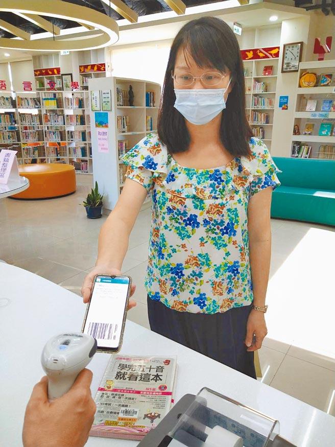 新竹市推動智慧閱讀與借閱數位化,只要下載新竹市行動圖書館APP,就可帶著手機去借書。(邱立雅攝)