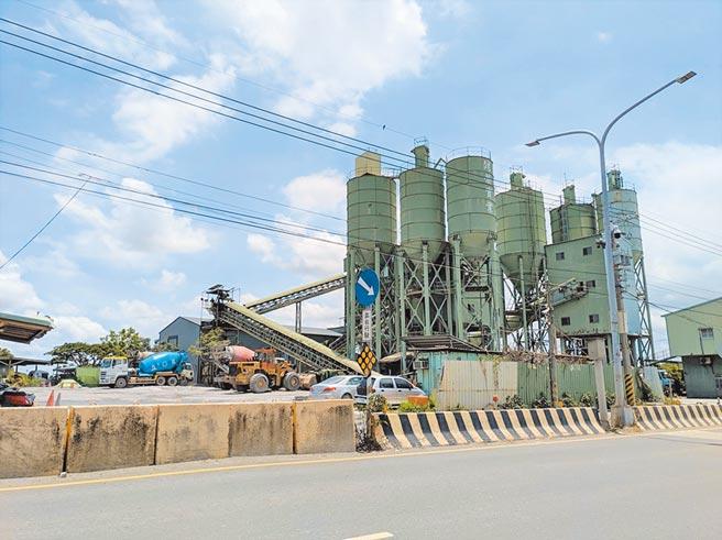 水泥業者擬在台南市安定區申設產業園區,居民擔憂空汙等問題,將於30日舉行第一次專案小組會議時發起抗爭。(莊曜聰攝)