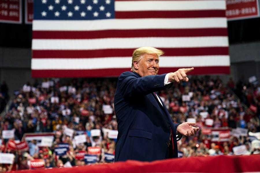 睽違3個月,美國總統川普的競選連任造勢大會重新開跑,第一站選在奧克拉荷馬州的杜爾沙(Tulsa),不過就在大會開始前數小時,就傳出6名相關人員確診新冠肺炎。圖為川普3月2日在北卡羅萊納州造勢大會的資料照。(資料照/美聯社)