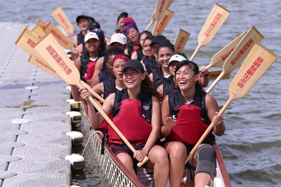台師大國語教學中心龍舟隊成員21日進行賽前最後一次下水練習,隊員來自20多個國家,宛如小型聯合國。(黃世麒攝)