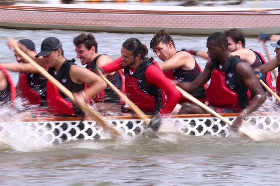 臺師大國語教學中心龍舟隊成員21日進行賽前最後一次下水練習,隊員來自20多個國家,宛如小型聯合國。(黃世麒攝)