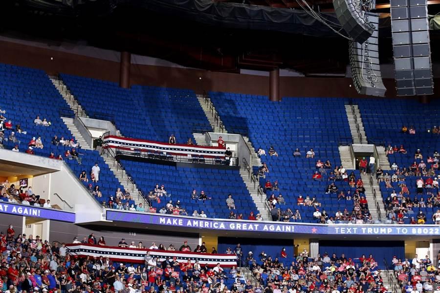 睽違3個月,美國總統川普的首場競選造勢大會出席人數卻不如預期,現場空位多達1/3,場外甚至只有小貓2、3隻,迫使主辦單位取消場外演說。(圖/美聯社)