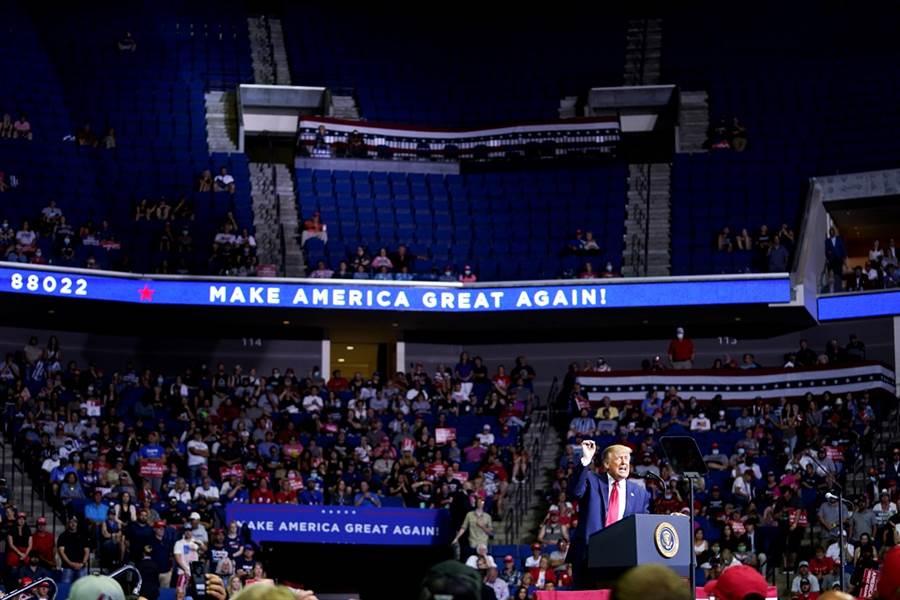 睽違3個月,美國總統川普的首場競選造勢大會出席人數卻不如預期,現場空位多達1/3。(圖/美聯社)