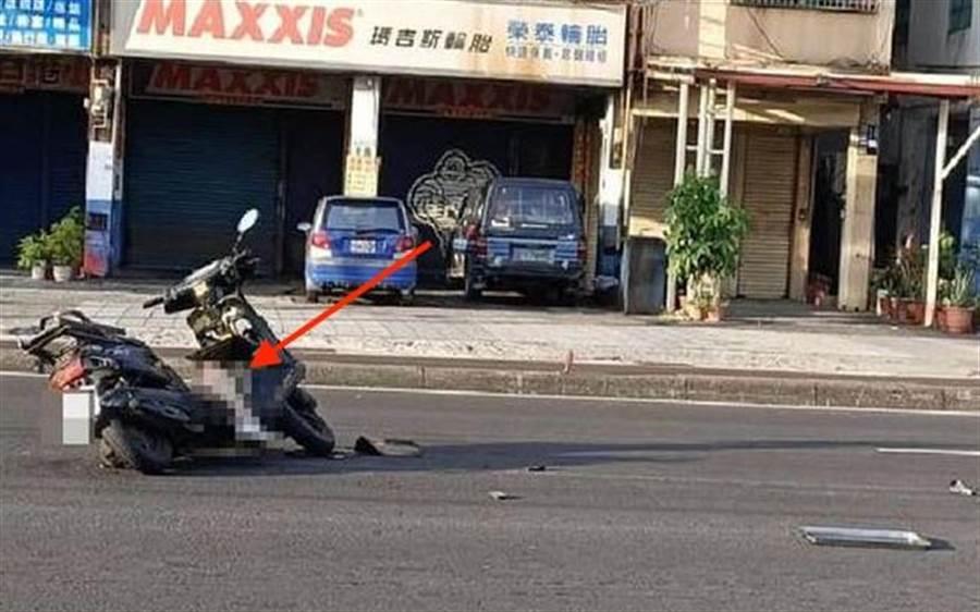老翁送貨途中遭追撞,右小腿斷裂還卡在機車上。(翻攝臉書小港大小事社團/柯宗緯高雄傳真)