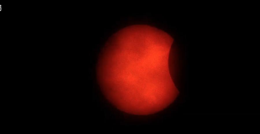 下午3時06分漸漸出現「初虧」,太陽的右側將逐漸被月面遮掩。(圖擷自氣象局直播畫面)