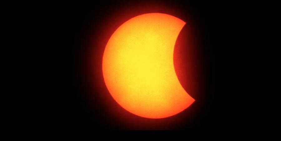 下午3時20分「初虧」越來越明顯,太陽的右側逐漸被月面遮掩。(圖擷自氣象局直播畫面)