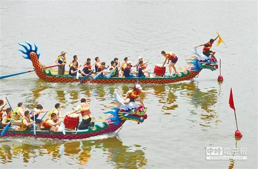 圖為端午節出遊,看划龍舟比賽也是重頭戲之一。(本報資料照片)