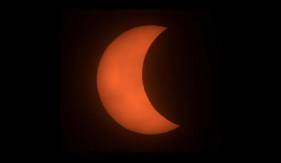 下午3時40分,太陽被月面遮掩的面積越來越多。(圖擷自氣象局直播畫面)