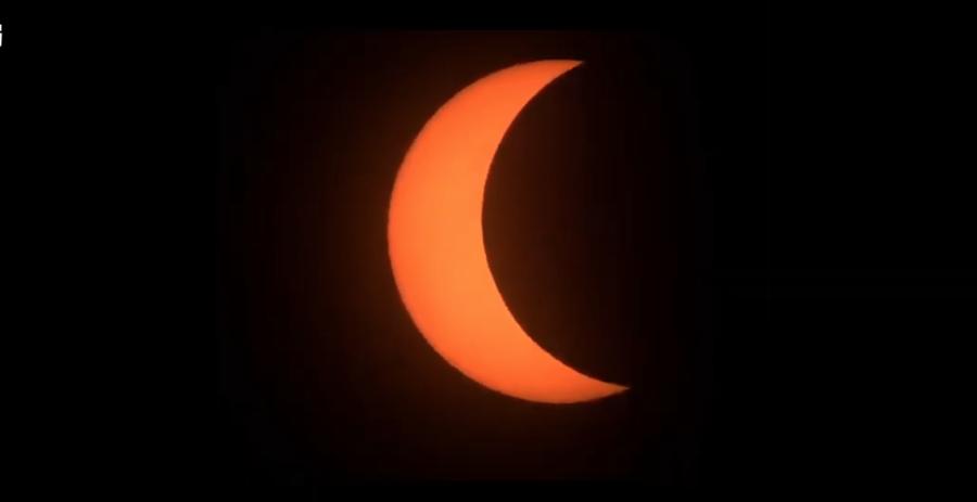 下午3時52分,太陽被月面遮掩的面積越來越多。(圖擷自氣象局直播畫面)